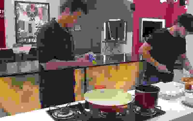 Thiago e Fabio preparam o café da manhã dos casais - Power Couple Brasil 5